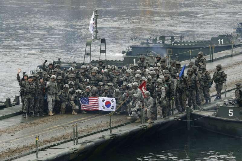 韓軍與駐韓美軍在聯合軍演後合影。(美聯社)