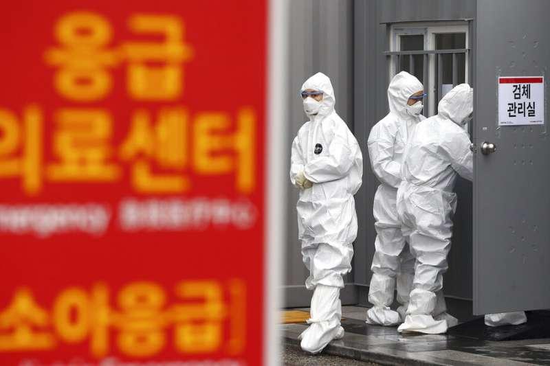 南韓疫情已經成為中國以外最嚴重的國家,大邱一帶則是南韓最嚴重的疫區。圖為大邱一間醫院的醫護人員。(美聯社)