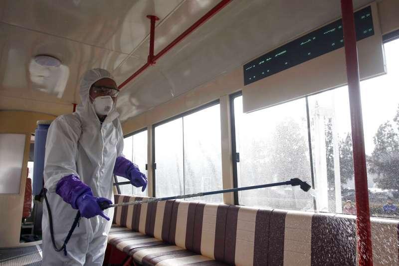 北韓至今沒有傳出確診疫情,圖為平壤工作人員正在車站進行消毒。(美聯社)