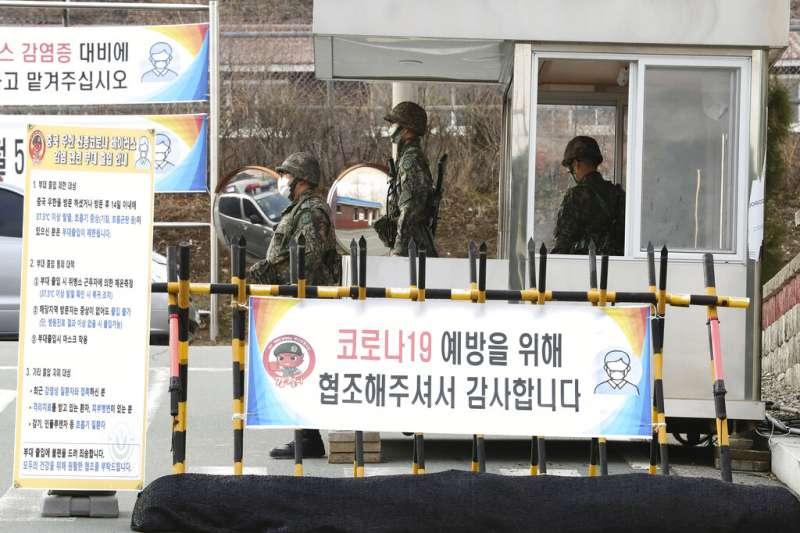 南韓軍隊與駐韓美軍先後傳出確診,南韓大邱軍營門口衛哨也嚴格執行體溫測量。(美聯社)