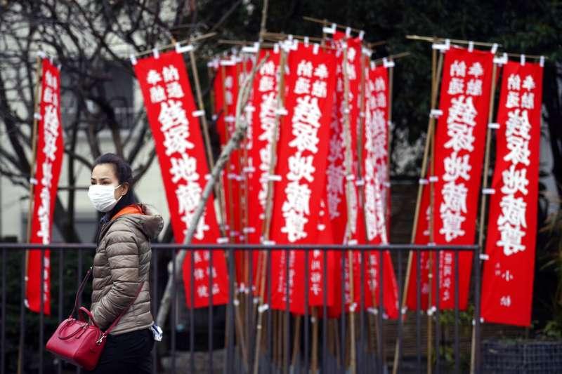 日本疫情嚴重,東京民眾也紛紛戴起口罩。(美聯社)