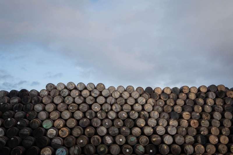 位於阿伯勞爾的斯佩塞德製桶工場生產並修理周圍釀酒廠使用的酒桶。(圖/SOPHIE GERRARD FOR THE WALL STREET JOURNAL)
