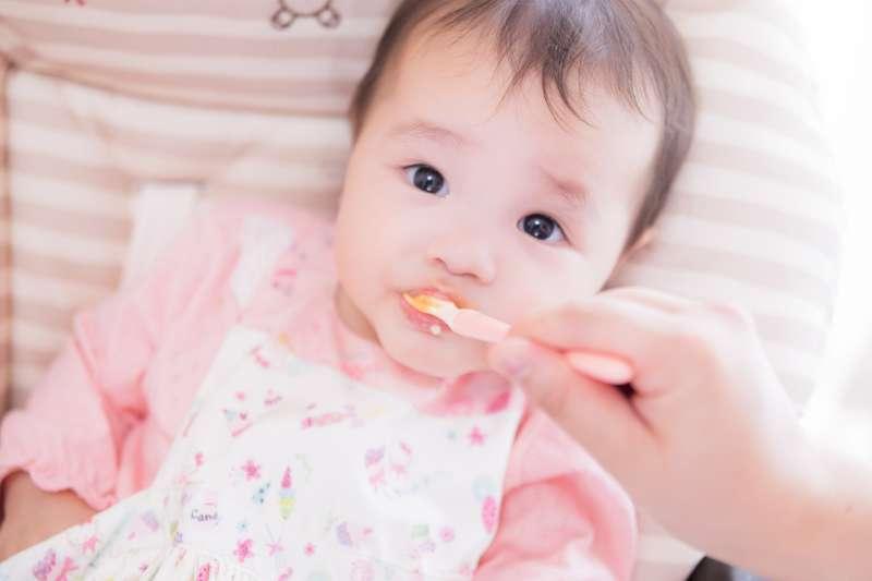 有了寶寶後,何時該讓他吃副食品呢?(圖/pakutaso)