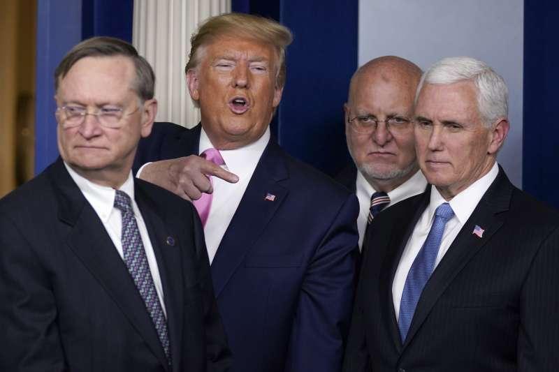武漢肺炎:美國總統川普任命副總統彭斯(右)為防疫總指揮官(AP)