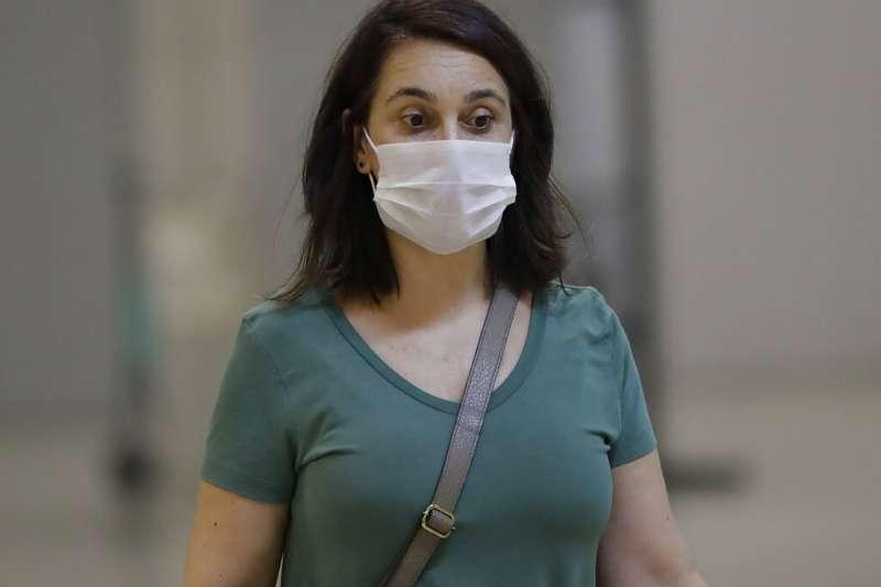 全球新型冠狀病毒疾病(COVID-19,武漢肺炎)病例大爆發,位於南美洲的巴西也淪陷,機場旅客戴起口罩。(AP)