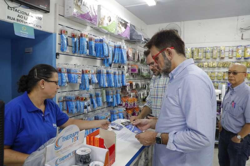 全球新型冠狀病毒疾病(COVID-19,武漢肺炎)病例大爆發,位於南美洲的巴西也淪陷,民眾開始搶購口罩。(AP)