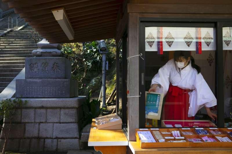武漢肺炎肆虐,日本神奈川江島神社的巫女也戴上了口罩。(美聯社)