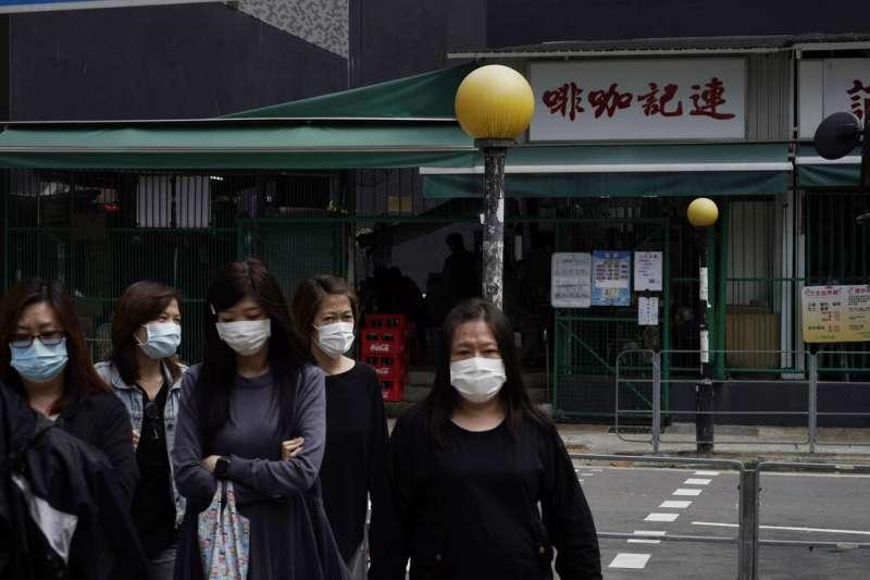 香港街頭戴著口罩的民眾。(美聯社)