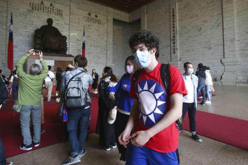 武漢肺炎疫情肆虐,中正紀念堂的遊客也都戴上口罩。(美聯社)
