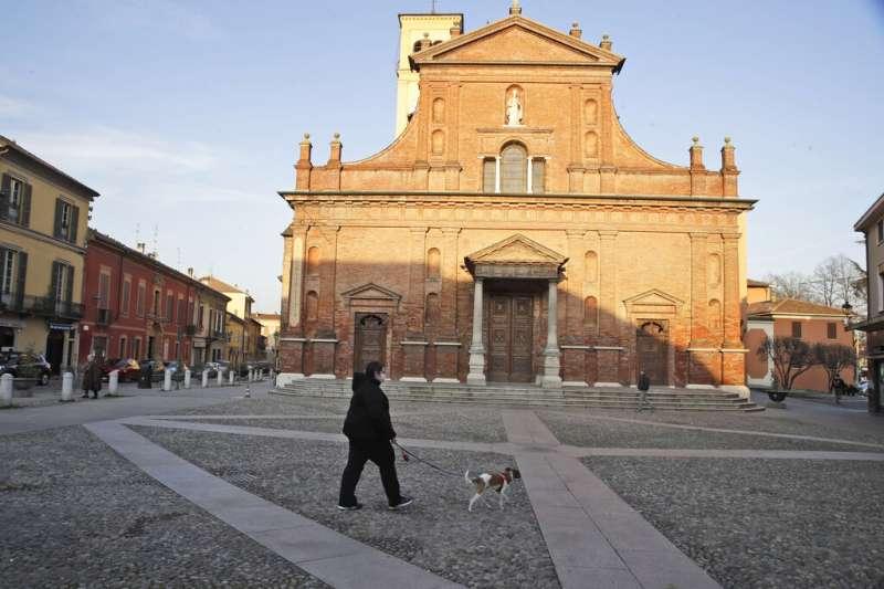 義大利的民眾正在遛狗。(美聯社)
