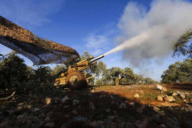 2020年2月,土耳其與敘利亞政府衝突升溫,多名土軍命喪敘利亞空襲。圖為受到土耳其支援的敘利亞叛軍。(AP)