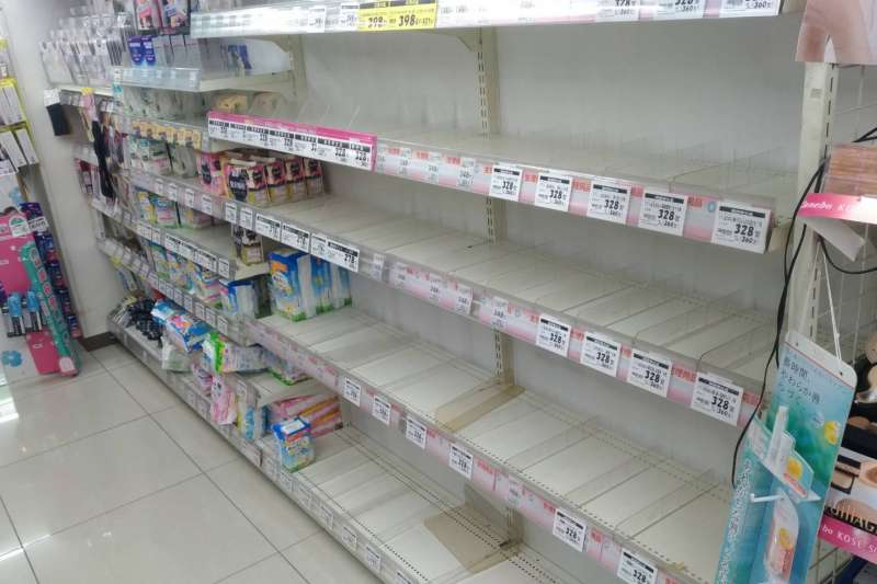 日本陷入口罩、衛生紙、酒精、消毒液等防疫用品的搶購熱潮,而台灣的限量購買制度、防疫政策,現在在日本受到大力讚揚。(資料照,陳慧真攝)