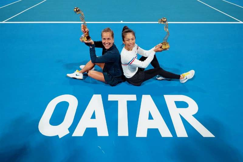台灣網球一姐謝淑薇(右)29日凌晨與捷克搭檔史翠可娃在杜哈女網賽女雙賽奪冠。(圖取自謝淑薇粉絲頁)