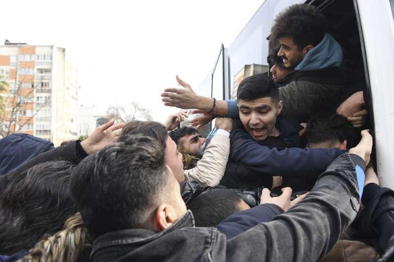 敘利亞伊德利卜省戰況激烈,土耳其宣布開放邊境,敘利亞難民正準備搭巴士逃往歐洲。(AP)