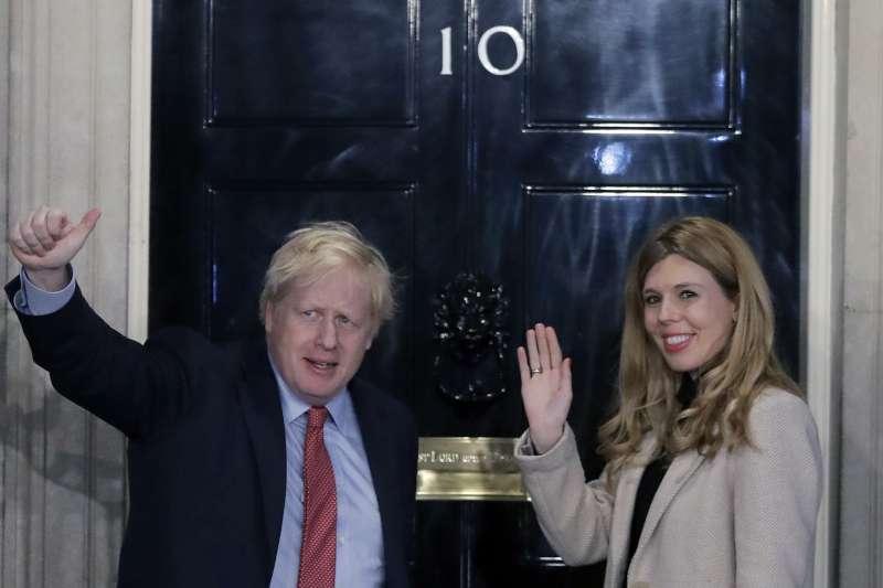 英國首相強森與女友塞蒙茲將迎接新生命誕生(AP)