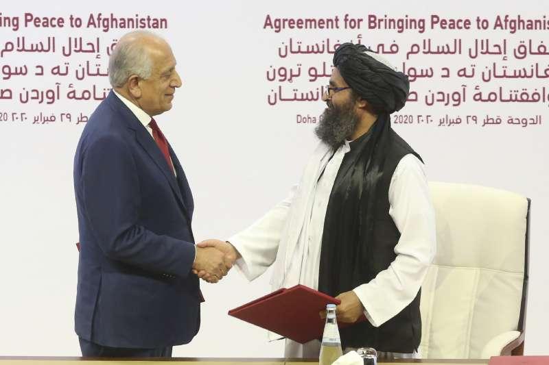 2020年2月29日,美國特使哈力札(左)與神學士領導人巴拉達爾簽署和平協議(AP)