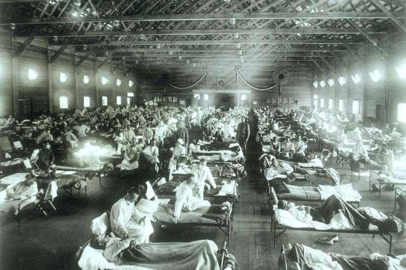 美國堪薩斯州賴利堡的軍營醫院,病房內被感染西班牙型流行性感冒的軍人塞滿。(圖/取自維基百科)
