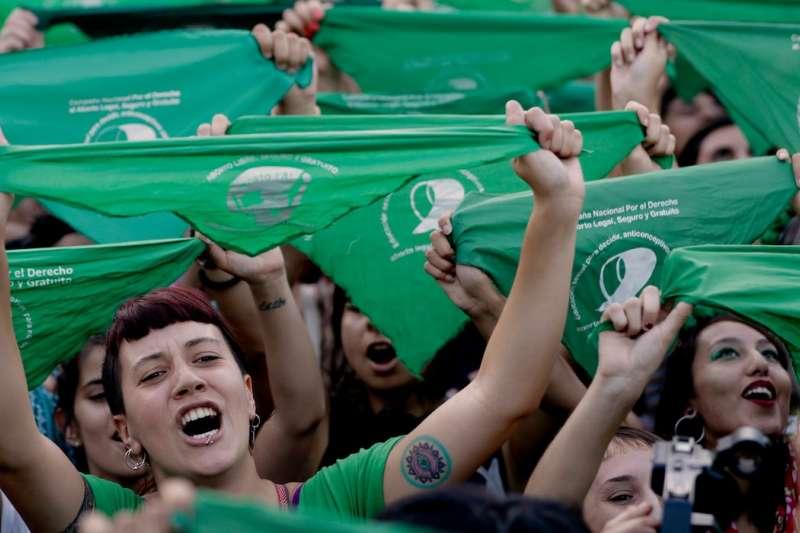 2019年2月,阿根廷婦女在首都布宜諾斯艾利斯的國會外頭要求墮胎除罪化(美聯社)
