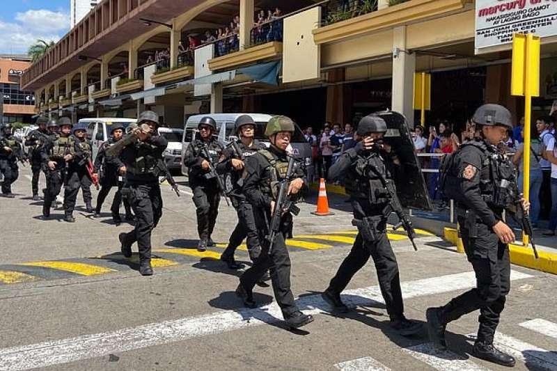 菲律賓聖胡安市維爾拉購物中心前保全人員不滿遭解僱,持槍闖入該購物中心,挾持約30人當作人質(AP)