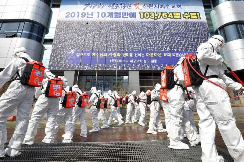 南韓對大邱的新天地教會徹底消毒。(美聯社)