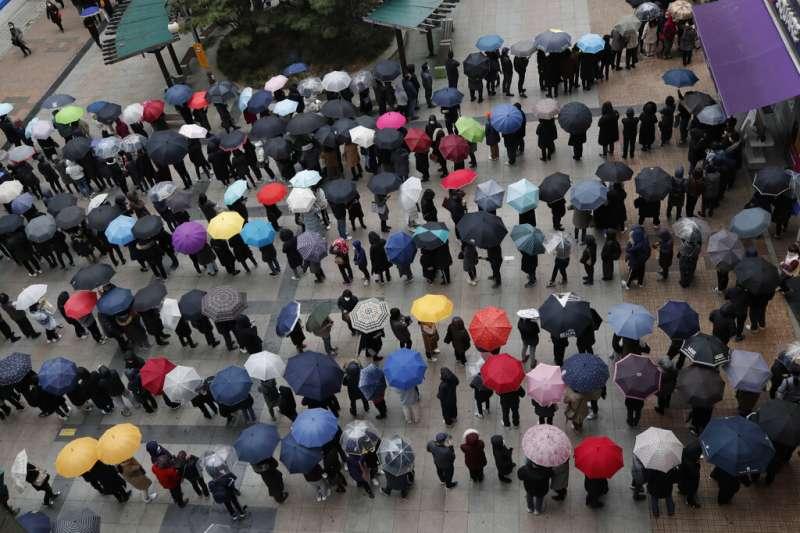 武漢肺炎疫情肆虐,南韓大邱購買口罩的民眾大排長龍。(美聯社)