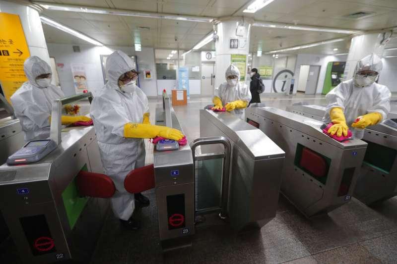 武漢肺炎疫情肆虐,南韓首爾地鐵正在進行消毒。(美聯社)