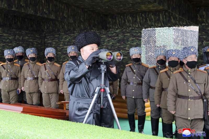 武漢肺炎疫情肆虐,北韓官兵在軍演中也戴上口罩,不過領導人金正恩卻裸著一張臉視察。(美聯社)