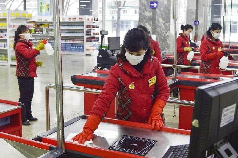 武漢肺炎疫情肆虐,北韓平壤的賣場正在進行消毒工作。(美聯社)