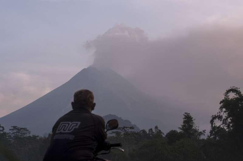 印尼爪哇島日惹的巨大活火山「默拉皮火山」3日上午噴發(美聯社)