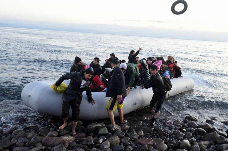 土耳其開放邊境,難民乘小艇登陸希臘列士波斯島。(美聯社)