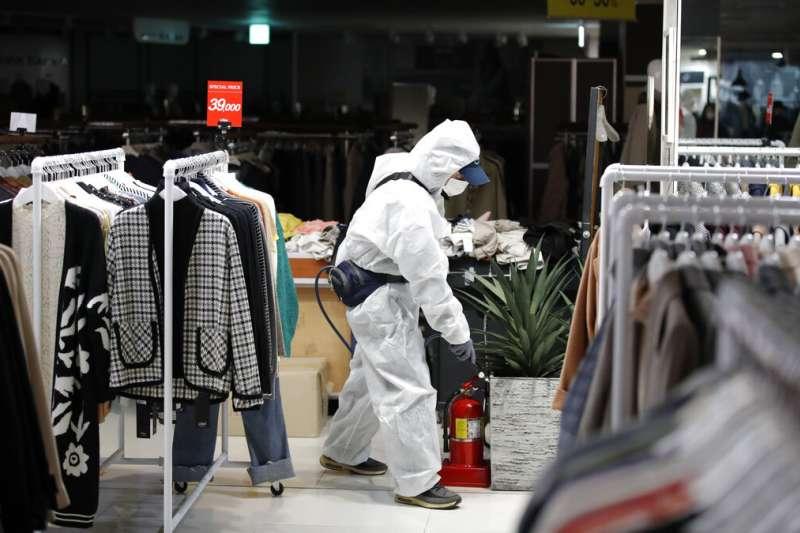 武漢肺炎疫情肆虐,南韓首爾一處商場正在消毒。(美聯社)
