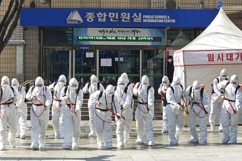 武漢肺炎疫情肆虐,南韓大邱也加緊消毒工作。(美聯社)