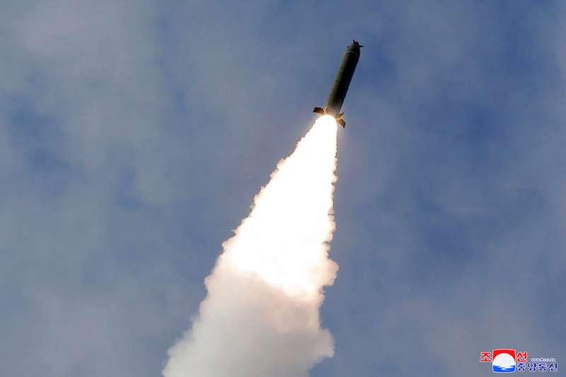 北韓3月2日中午再度試射兩枚飛彈,金正恩親自到場視察。(美聯社)