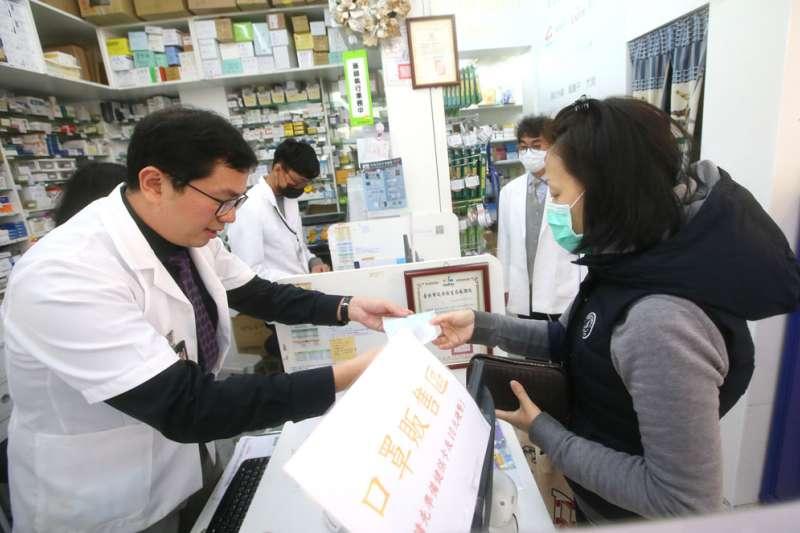 健保藥局的無償參與,讓口罩實名制販賣成為可能。(柯承惠攝)