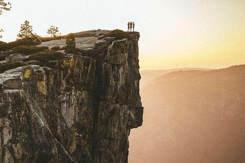 優勝美地國家公園著名地標 Taft Point,足足有101的1.5倍高,但卻沒有任何護欄和安全標語。(圖/piqsels)