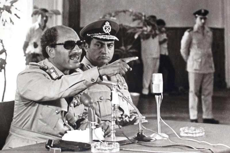 時任埃及副總統的穆巴拉克與時任埃及總統的沙達特。(美聯社)