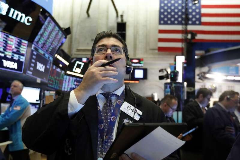 武漢肺炎肆虐,美國股市跌跌不休。華爾街、美股(美聯社)