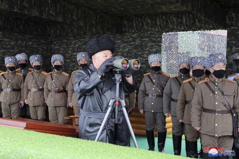 武漢肺炎:北韓領導人金正恩視察軍演時,一旁軍官都戴口罩,唯獨他沒戴(AP)