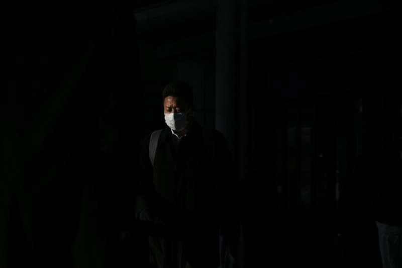 日本東京品川一名戴著口罩的民眾。照片與新聞當事人無關。(美聯社)