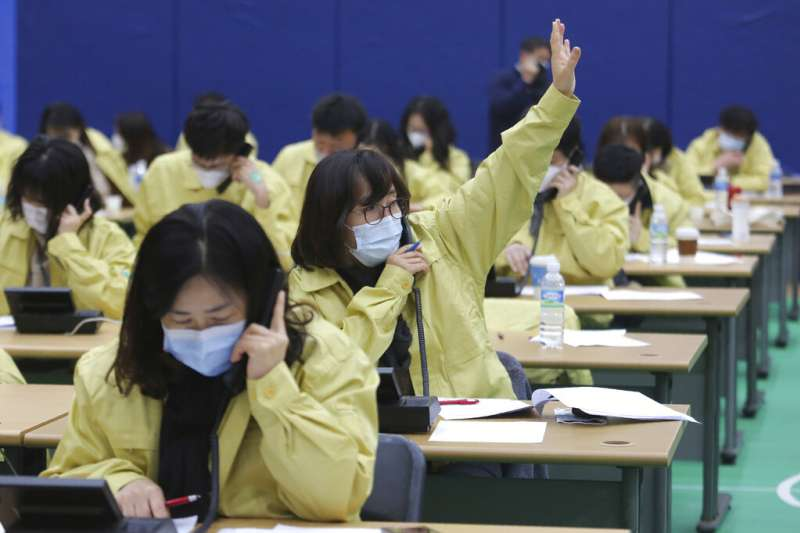 南韓政府派出大量人力,每天查核新天地耶穌教會信徒的身體狀況。(美聯社)