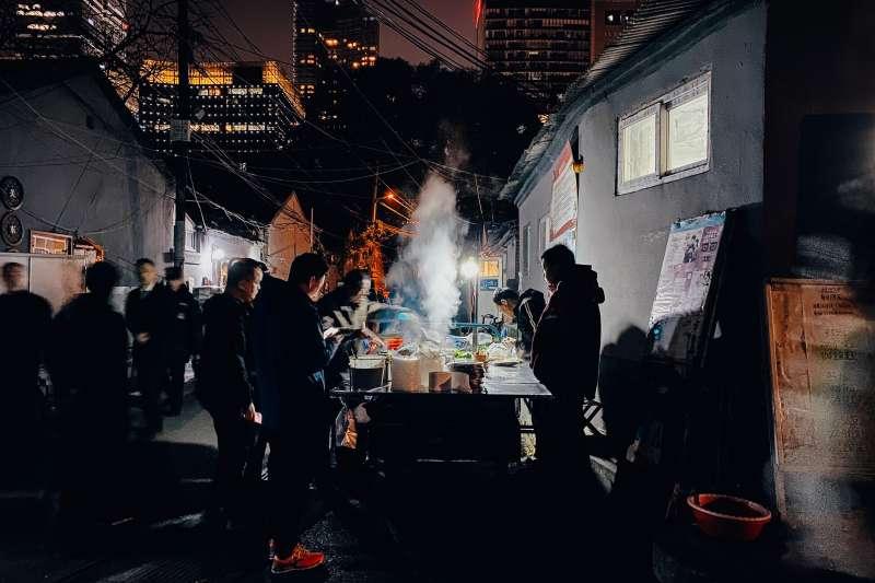 20200304張雨以北京暗巷裡的小吃攤,出色地展現iPhone拍攝上的優勢。(圖片取自:Apple/Photo Credit:Yu-Zhang)