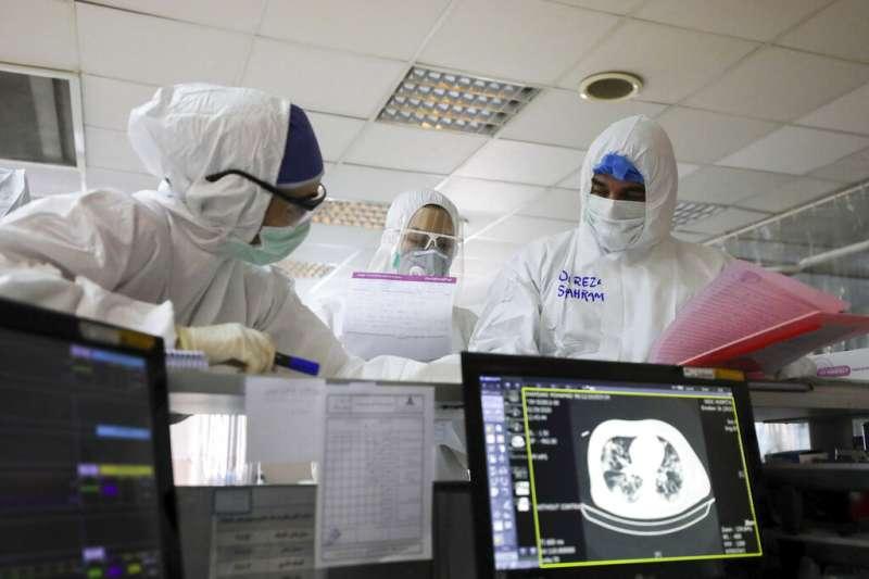 伊朗疫情不斷攀升,超過兩千名武漢肺炎患者對伊朗的醫療體系造成極大負擔。(美聯社)