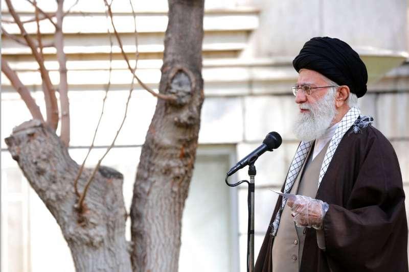 伊朗最高領袖哈米尼3日出席公開活動,但他並沒有戴上口罩。(美聯社)