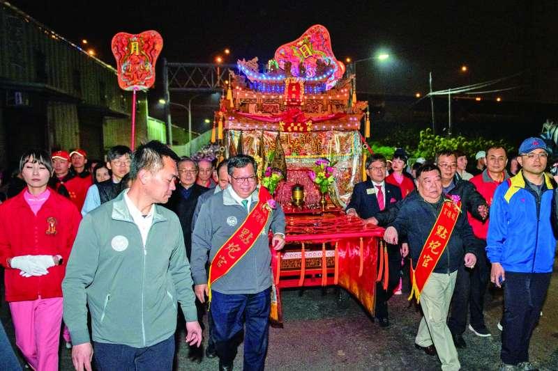 鄭文燦(前排左二)受邀參加桃園市龍德宮遶境起駕活動,讓高滿意度市長形象受到嚴重影響。(翻攝自鄭文燦臉書)