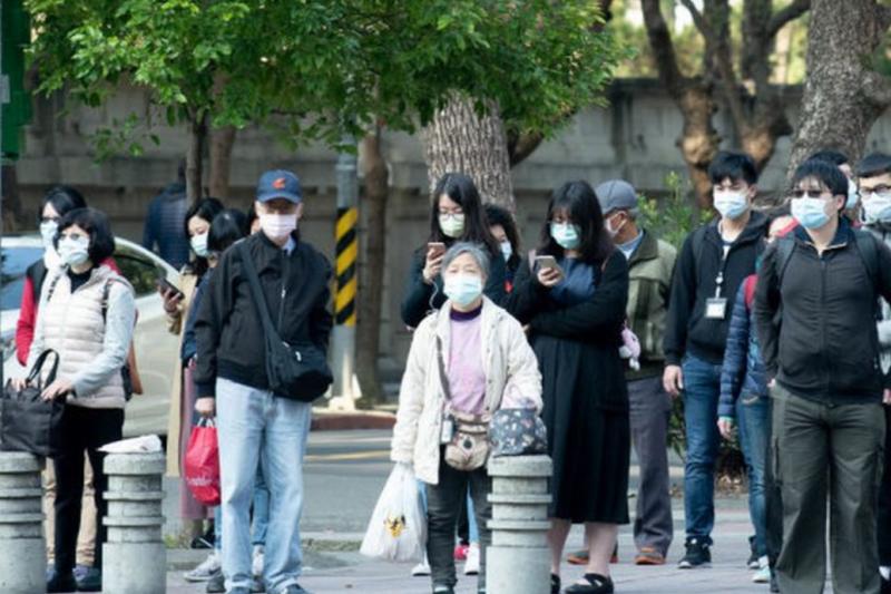 台北街頭幾乎人人都戴上口罩。(圖/BBC中文網提供)
