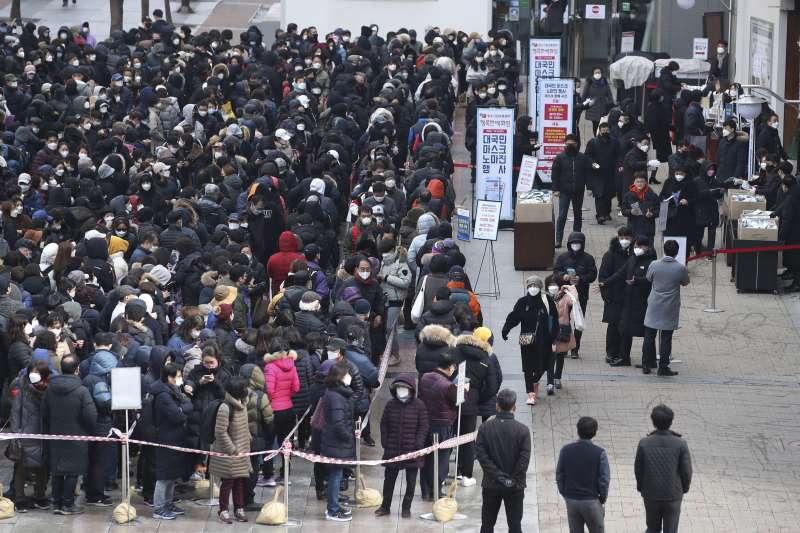 武漢肺炎疫情肆虐,南韓民眾大排長龍搶購口罩(AP)