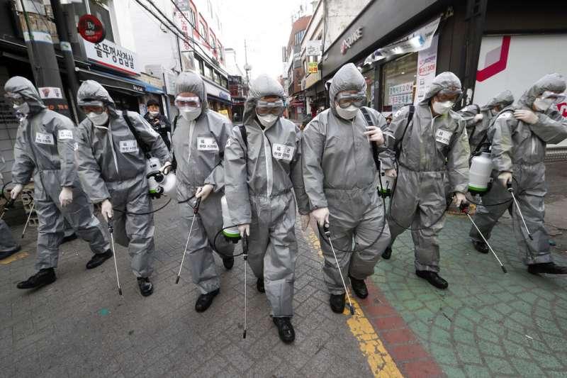 台大教授徐丞志指出,韓國疫情即將見底,雖未封城卻有優秀防疫效果,值得各國借鏡。示意圖。(美聯社)