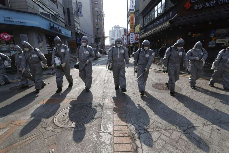 武漢肺炎疫情肆虐,南韓鬧區正在加強消毒工作。(美聯社)