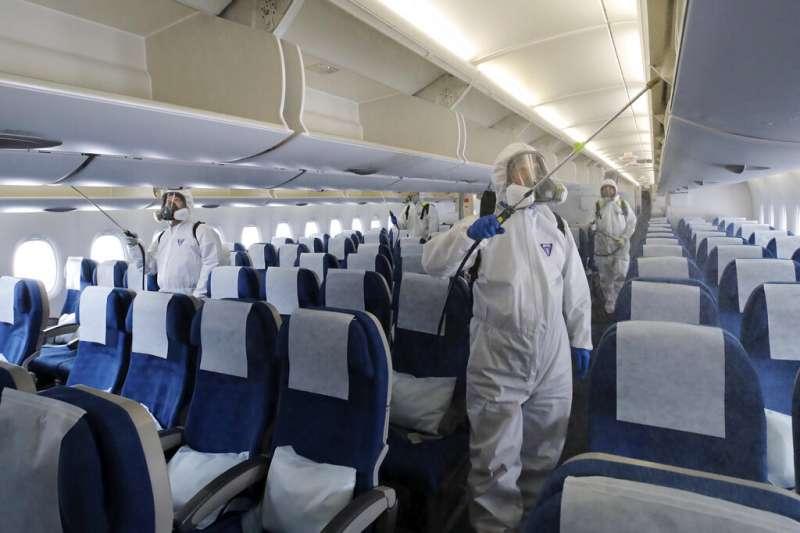 武漢肺炎疫情肆虐,南韓仁川機場也對載客班機進行徹底消毒。(美聯社)