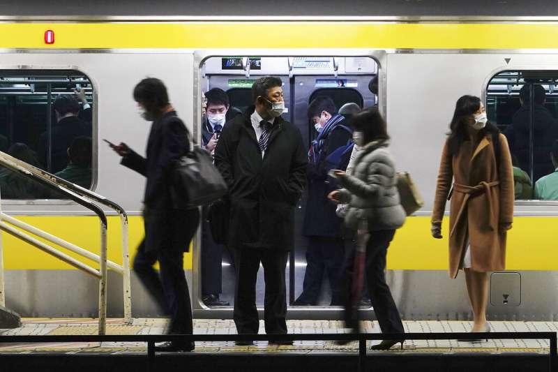 搭乘東京電車通勤的日本上班族。(美聯社)